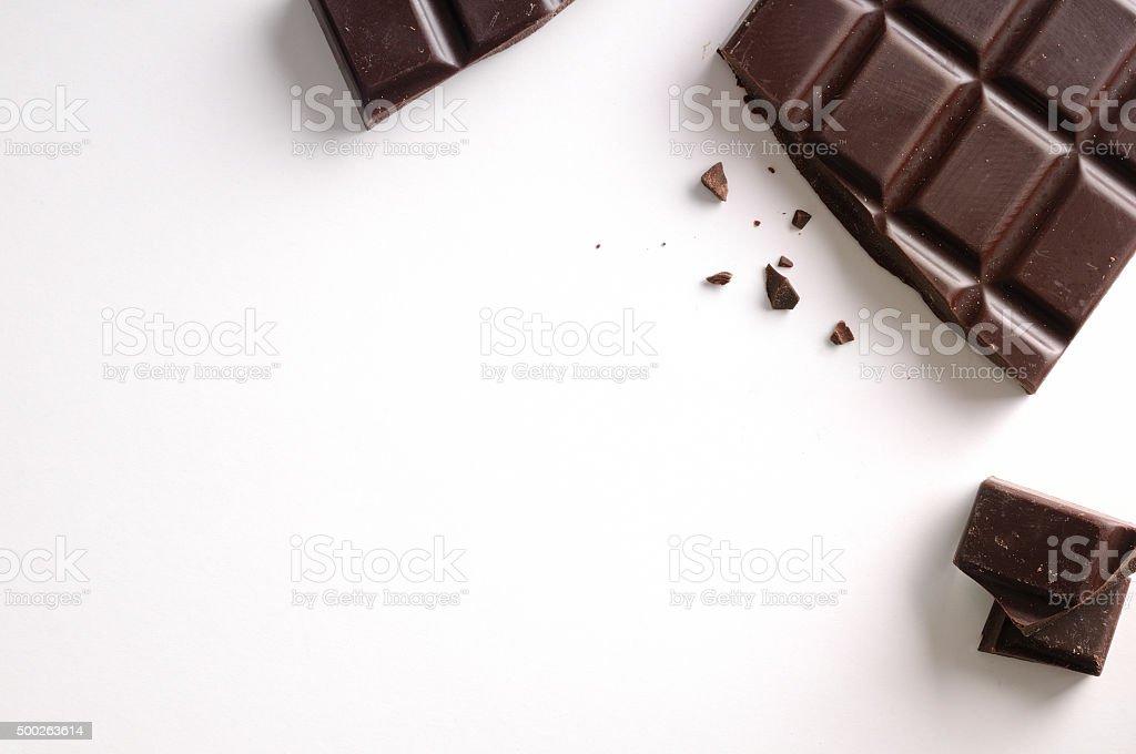 Barra de chocolate roto aislado la vista superior - foto de stock