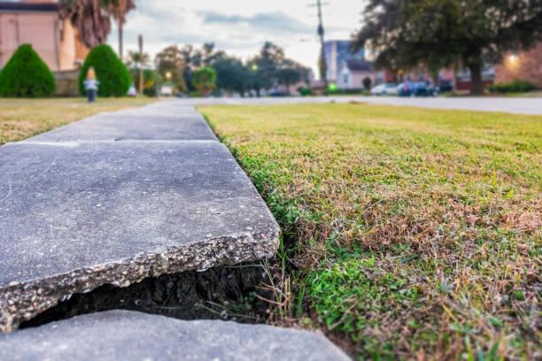 kırık beton yaya patika - kaldırım stok fotoğraflar ve resimler