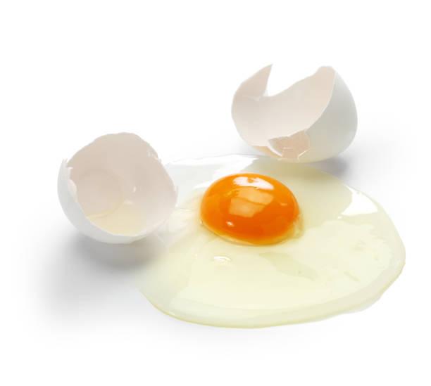 kırık yumurta beyaz arka plan üzerinde izole - yumurta sarısı stok fotoğraflar ve resimler