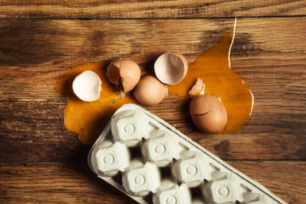 gebrochenes ei - eierverpackung stock-fotos und bilder