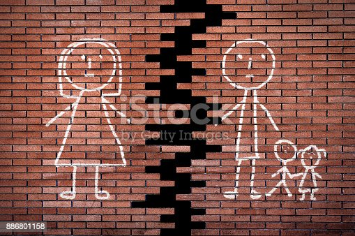 istock Broken family on the wall 886801158
