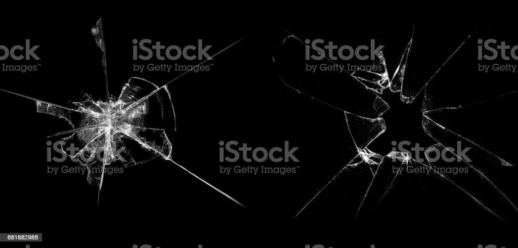 Vidrio roto sobre un fondo negro - foto de stock