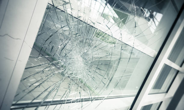 gebroken glas - breuk stockfoto's en -beelden