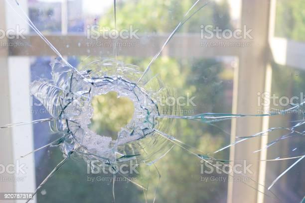 Gebroken Glas Venster Als Gevolg Van De Blauwe Hemel Stockfoto en meer beelden van Architectuur