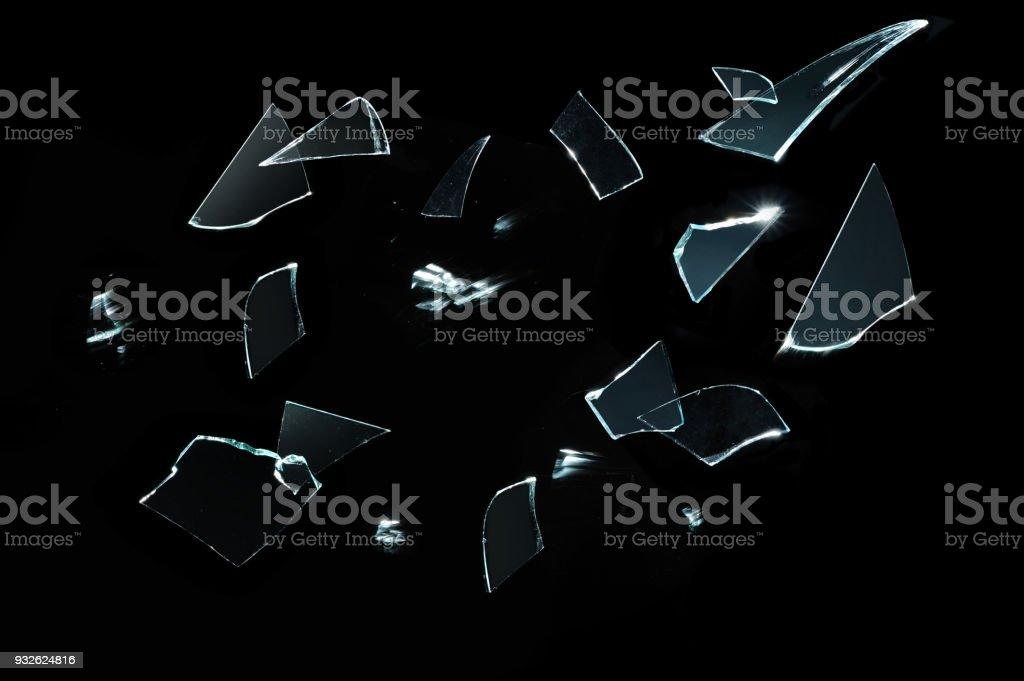 Rotura de cristal afilados con piezas sobre negro - foto de stock