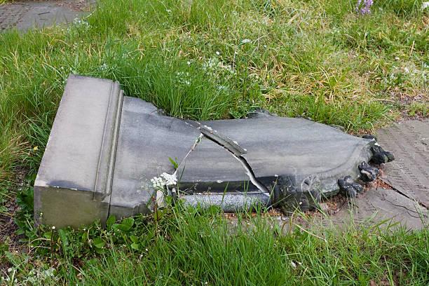 Broken die gravestone – Foto