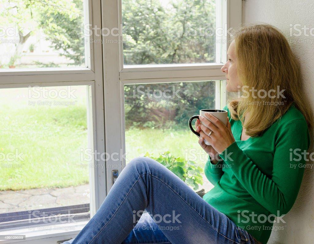 Broken Heart Madchen Sitzen Auf Der Fensterbank Trinken Kaffee Stock