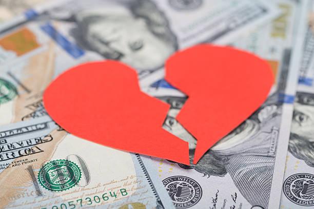 broken heart on dollar bills - liefdesverdriet stockfoto's en -beelden