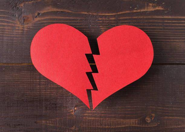 gebroken hart - liefdesverdriet stockfoto's en -beelden