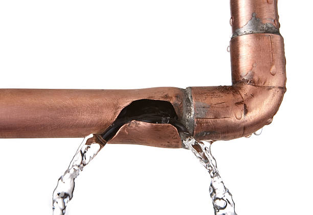 broken leaking copper water pipe - pijp buis stockfoto's en -beelden