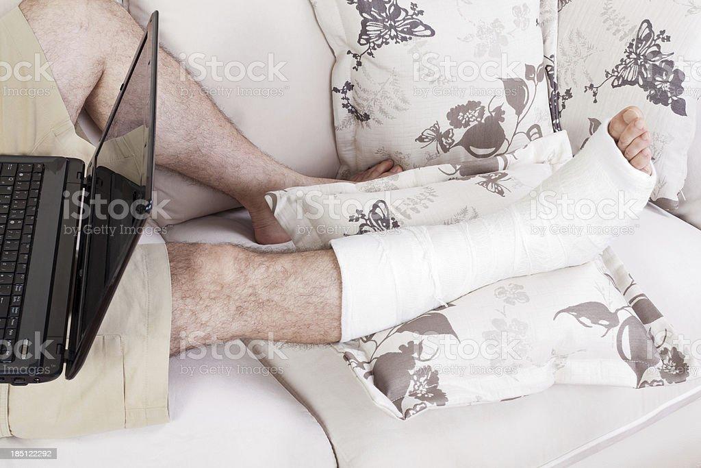 Gebrochenes Bein und Arbeiten im Home Office – Foto