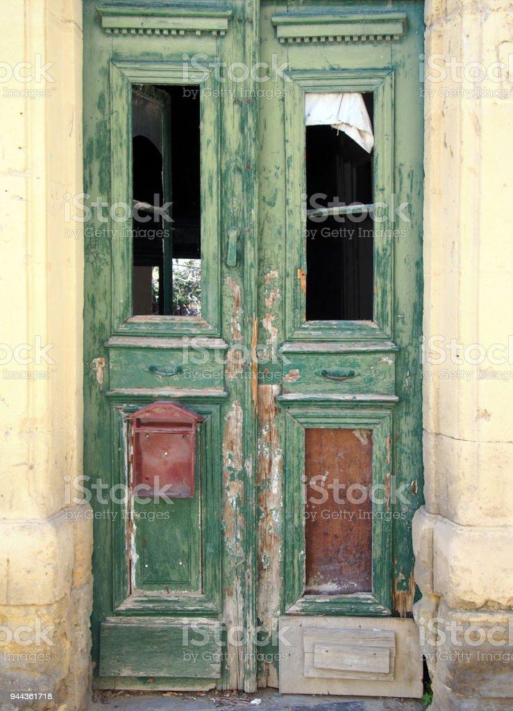 Fotografía de Vieja Rota Doble Puertas Verdes En Una Casa Abandonada ...