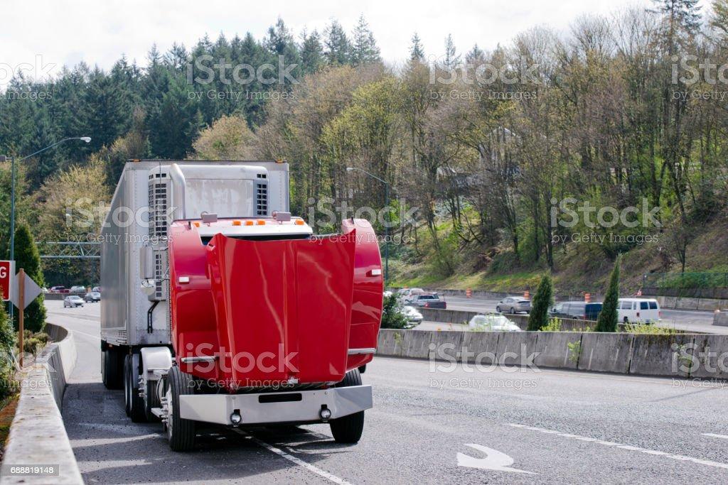Gebroken op de truck van de rode halve weg met een open kap foto