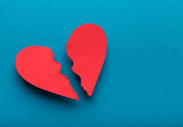gebroken documenthart op blauwe achtergrond, hoogste mening - liefdesverdriet stockfoto's en -beelden