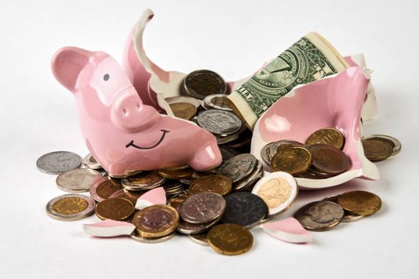 破碎的存錢罐與硬幣金錢查出在白色背景, 特寫圖像檔