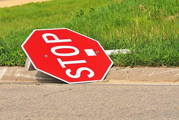 Broken Stop-Schild – Foto