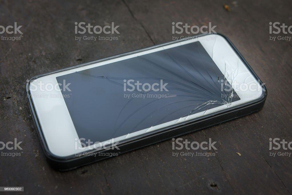 Uszkodzony telefon z ekranem dotykowym - Zbiór zdjęć royalty-free (Fotografika)