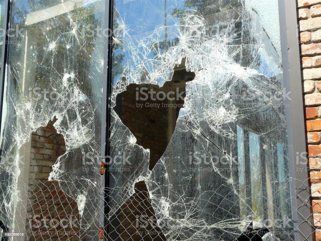 Vidrio de la ventana rota con el agujero de acceso - foto de stock