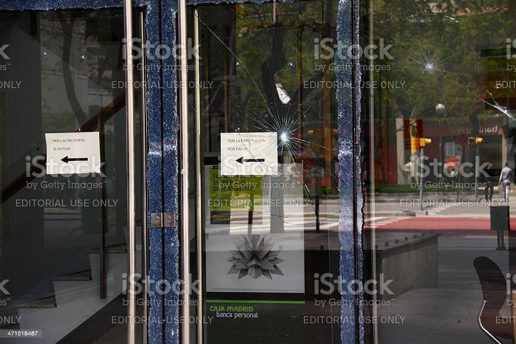 Broken ventana de un banco en España - foto de stock