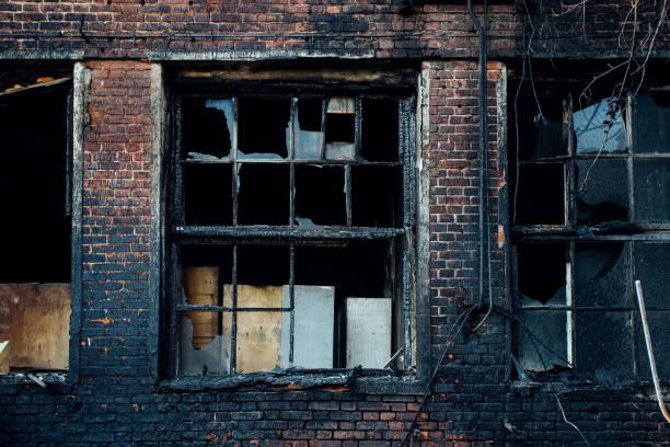 trasigt fönster av bränd röd tegelbyggnad - brand sotiga fönster bildbanksfoton och bilder