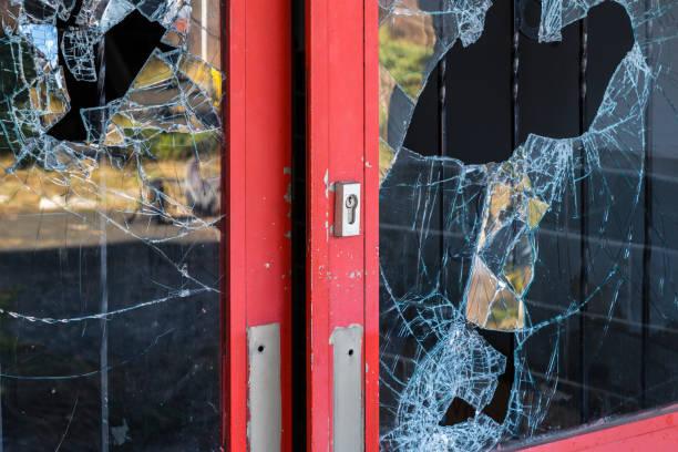 """gebroken windowpane vandaal """"n - criminaliteit stockfoto's en -beelden"""