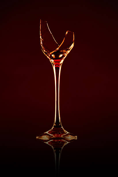 Broken Wein Glas auf einem dunklen Hintergrund – Foto
