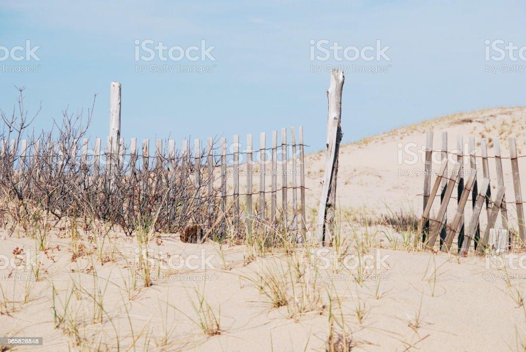 Houten hek gebroken op het strand - Royalty-free Blauw Stockfoto