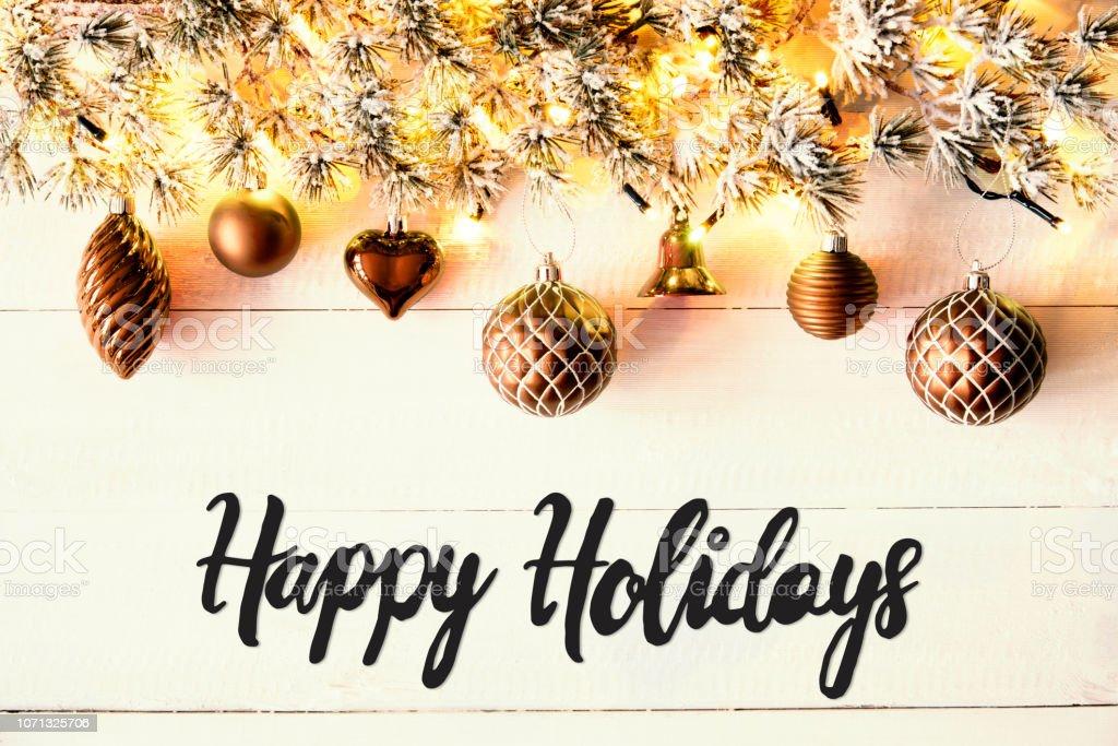 Bronze Kugeln, Kalligraphie Happy Holidays, Lichterketten – Foto
