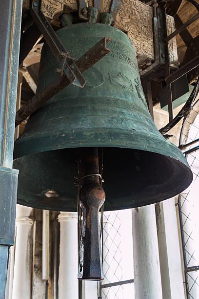 bronze bell on top of san marco's tower venice, italy - klokkentoren met luidende klokken stockfoto's en -beelden