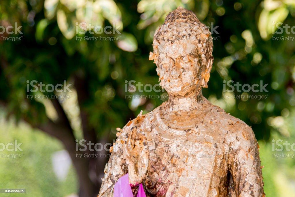 Bronze-Buddha-Statue, die isoliert auf weißem Hintergrund – Foto