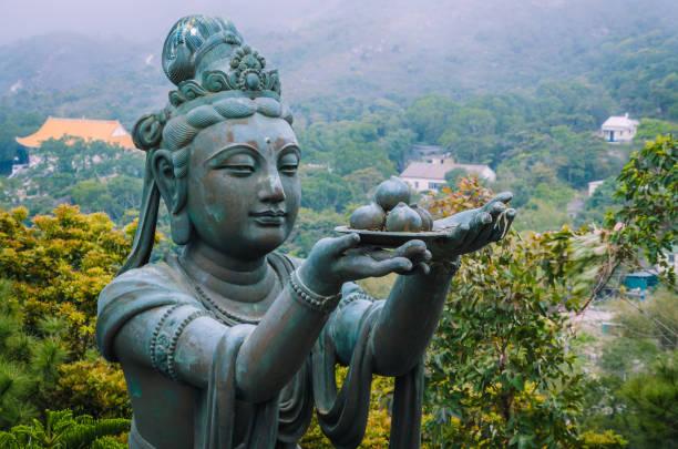 bronze buddhistische statuen loben und opfergaben an die tian tan buddha - big buddha - klosterurlaub stock-fotos und bilder