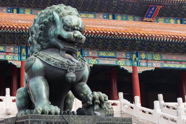 Löwe aus Bronze vor der Halle der höchsten Harmonie in Beijing Forbidden City, Verbotene Stadt ist eines der Wahrzeichen Chinas – Foto