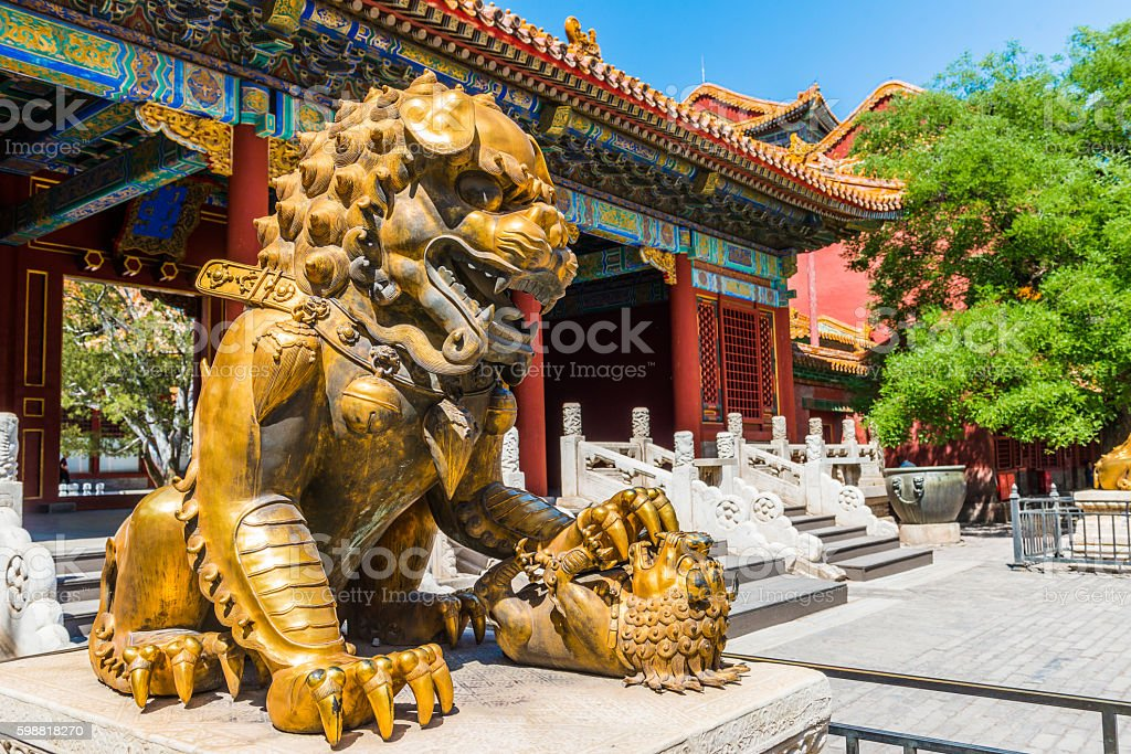 Bronze lion in the Hall of Supreme Harmony in Forbidden – Foto