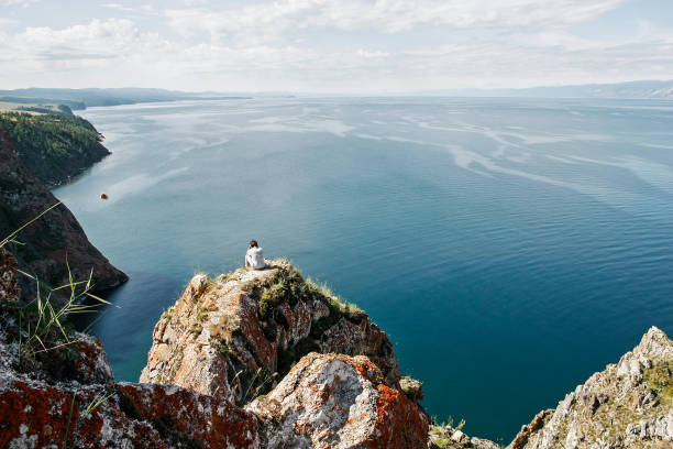 Brütende Mann sitzt am Rand der Felsen vor der Freiwasser-Raum – Foto