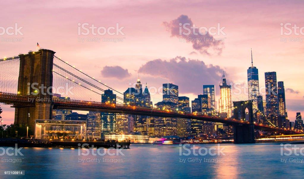 ブルックリン ブリッジとニューヨーク市のロウアー マンハッタン ...