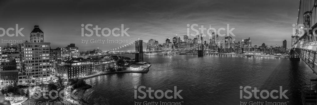 Brooklyn Bridge and Lower Manhattan skyline at night, New York city, USA. zbiór zdjęć royalty-free