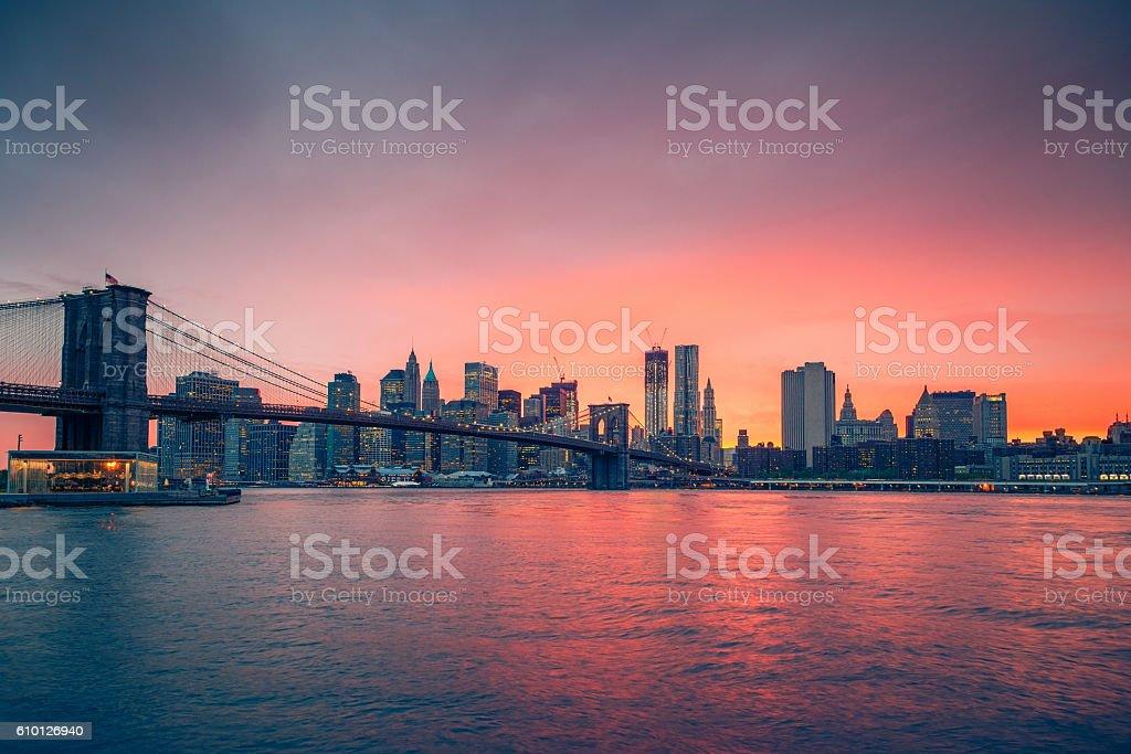 Brooklyn bridge und Manhattan in der Dämmerung  – Foto