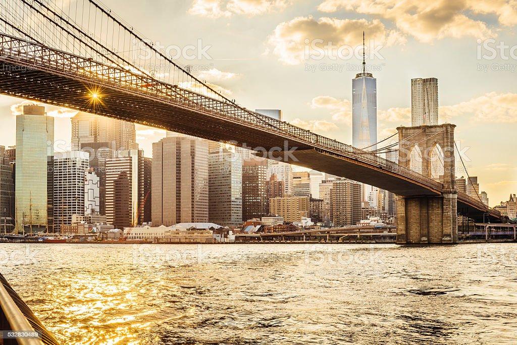 Brooklyn bridge und manhattan bei sonnenuntergang stock fotografie