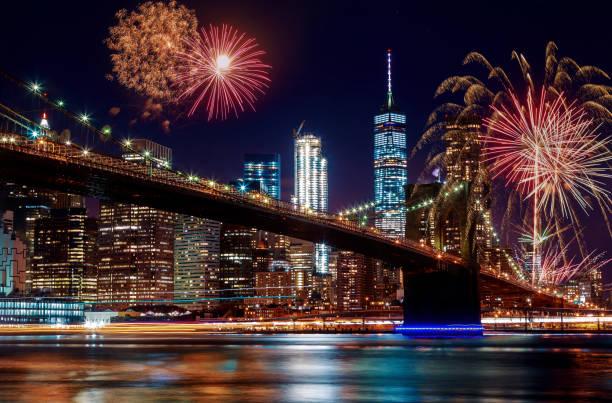 brooklyn bridge in der dämmerung in new york city buntes und lebendiges feuerwerk - new york new year stock-fotos und bilder