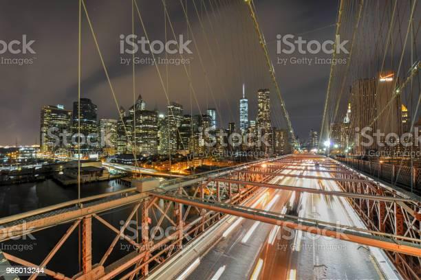 Brooklyn Bridge At Night - Fotografias de stock e mais imagens de Anoitecer