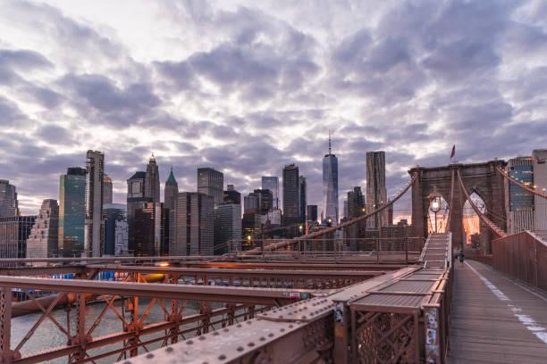 ブルックリンブリッジニューヨーク市は、人々なしで2020年の時事問題の間に - corona newyork ストックフォトと画像