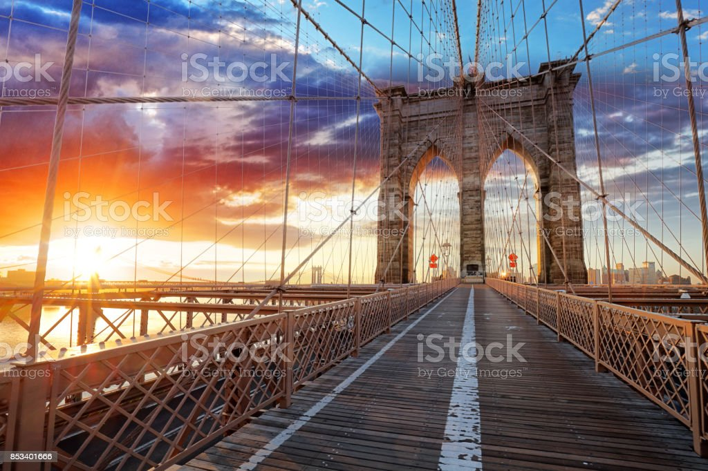 Brooklyn Bridge over East River viewed from New York City Lower Manhattan waterfront at sunset. - foto stock