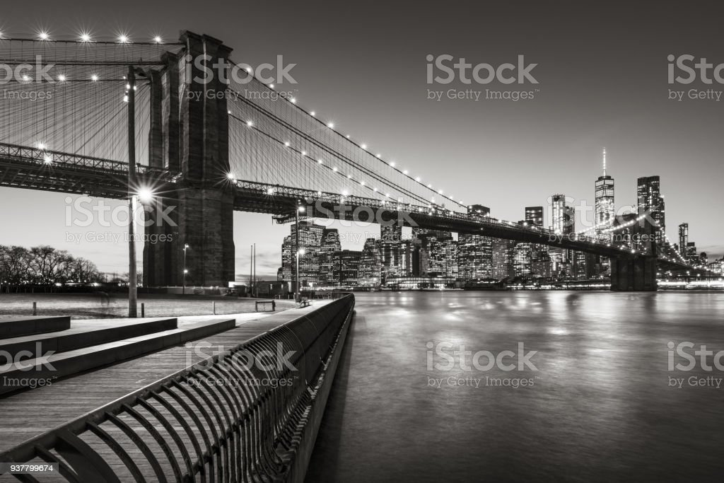 Brooklyn Bridge Park boardwalk Lower Manhattan, East River, and the Brooklyn Bridge in Black & White. Brooklyn, New York City stock photo