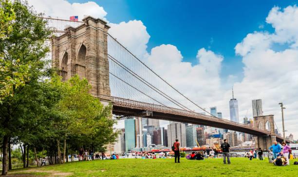Brooklyn Bridge Park ile Brooklyn Köprüsü stok fotoğrafı