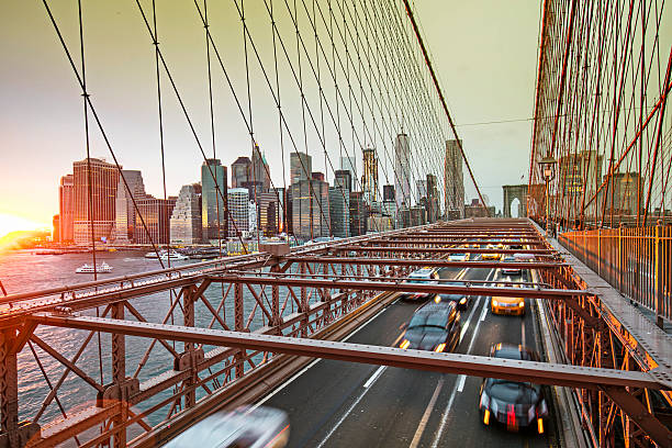 brooklyn bridge with manhattan skyline, new york - brückentage stock-fotos und bilder