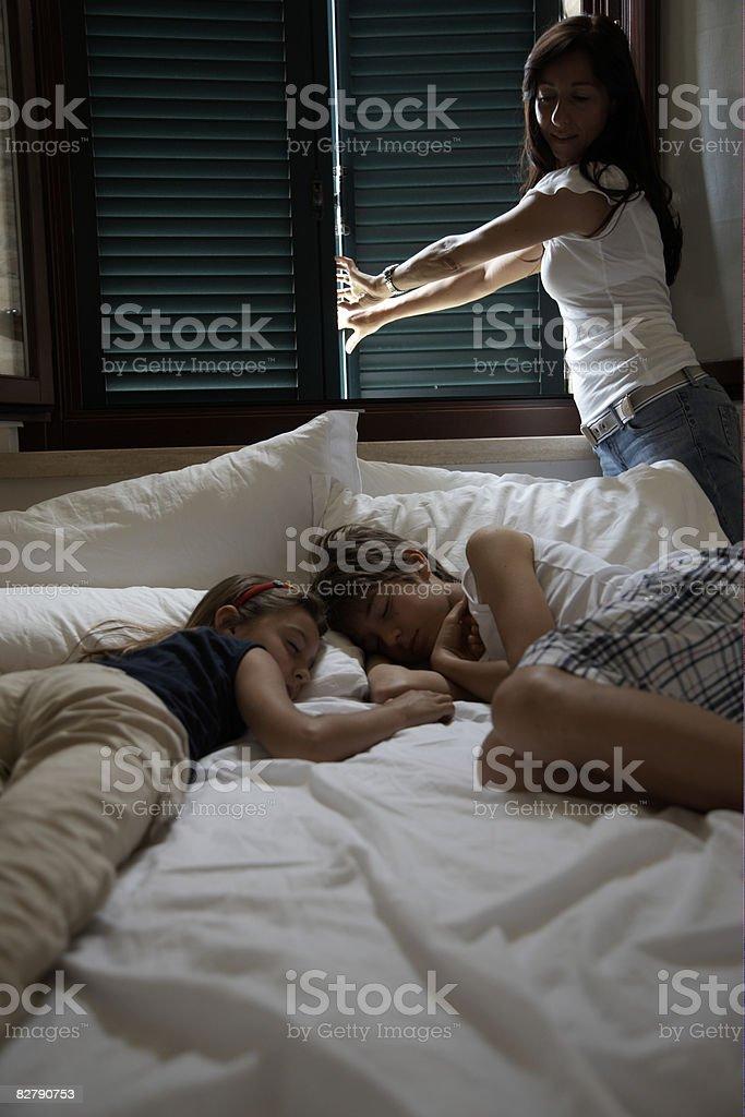 Fratello e sorella che dorme a letto foto stock royalty-free