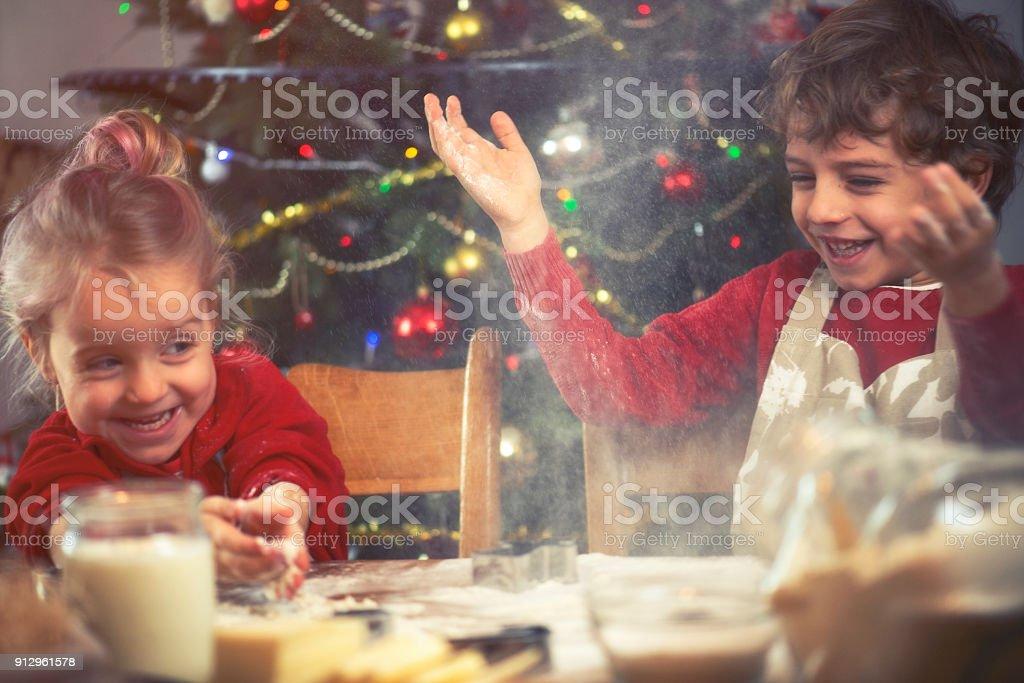 Frère et sœur, préparez des biscuits - Photo