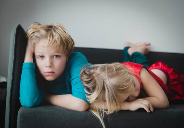 Bruder und Schwester gelangweilt zu Hause bleiben, Kinder Traurigkeit und Stress – Foto