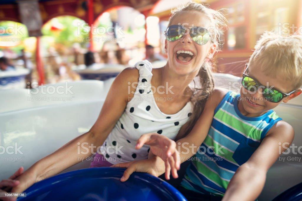 Bruder und Schwester genießen drehenden Karussell – Foto