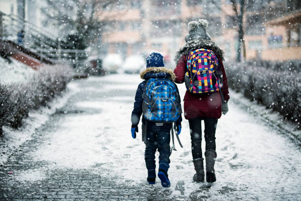 Bruder und Schwester mit Wintertag zur Schule gehen – Foto
